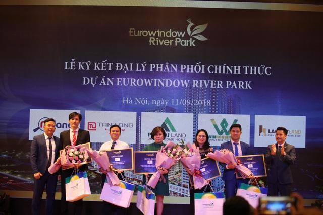 Đại diện chủ đầu tư Eurowindow River Park trao tặng hoa cho đại diện 5 đại lý phân phối chính thức