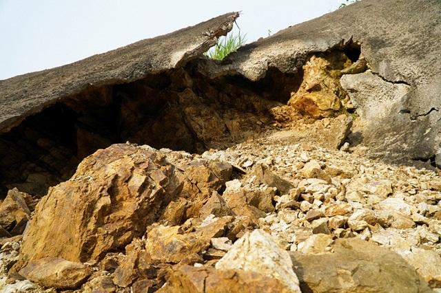 Trong khi đó, tại km105 (địa phận tỉnh Yên Bái), nhiều mét vuông bờ taluy rạn nứt, vỡ thành từng mảng.