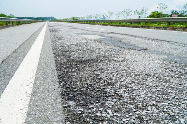 Ở km85-86 hướng từ Hà Nội đi Lào Cai, hàng trăm mét mặt đường cao tốc biến dạng, hư hỏng, xuất hiện một số ổ gà.