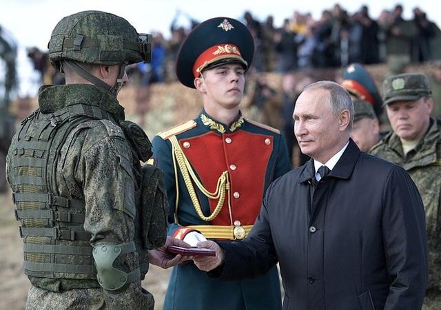Tổng thống Nga Vladimir Putin đã tới thị sát và trao thưởng cho các binh sĩ Nga, Trung Quốc và Mông Cổ vì thể hiện tốt tại tập trận Vostok. (Ảnh: TASS)