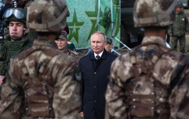 Bốn binh sĩ thuộc Lực lượng Vũ trang Nga, 4 binh sĩ thuộc Quân Giải phóng Nhân dân Trung Quốc và 2 binh sĩ thuộc Lực lượng Vũ trang Mông Cổ đã nhận được các huân chương khác nhau từ Tổng thống Putin. (Ảnh: TASS)