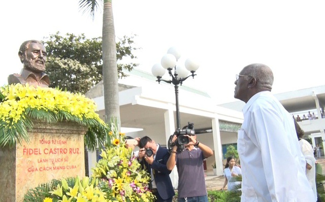 Ông Salvador Valdés Mesa đặt vòng hoa tưởng niệm tại Tượng đài Lãnh tụ Fidel Castro