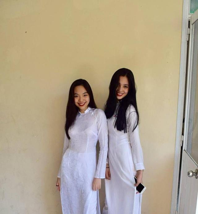 Tiểu Vy cùng với bạn học phổ thông