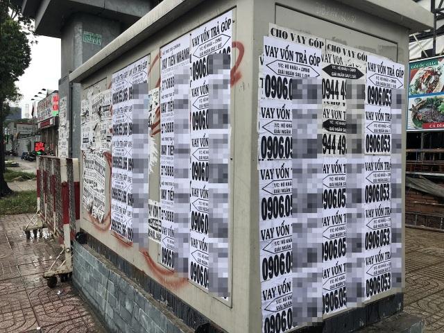 Những tờ rơi kêu gọi cho vay vốn được dán khắp nơi, kín cả tủ điện