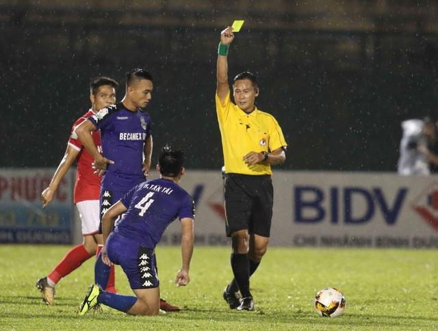 Trọng tài Trần Văn Lập trở thành nhân vật chính trong trận đấu giữa Bình Dương và Than Quảng Ninh
