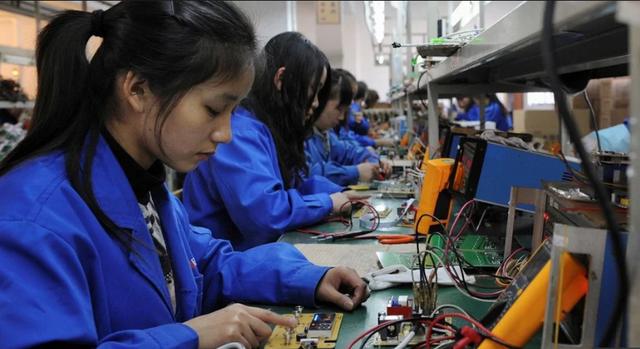 Các công nhân làm việc trong một xưởng sản xuất tại Trung Quốc (Ảnh: Reuters)