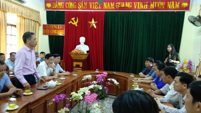 Ông Nguyễn Tiến Chương - Phó tổng giám đốc công ty phát điện 1, thay mặt quý công ty, đoàn tặng quà, sẻ chia những mất mát do thiên tai gây ra đối với nhân dân huyện Tương Dương.
