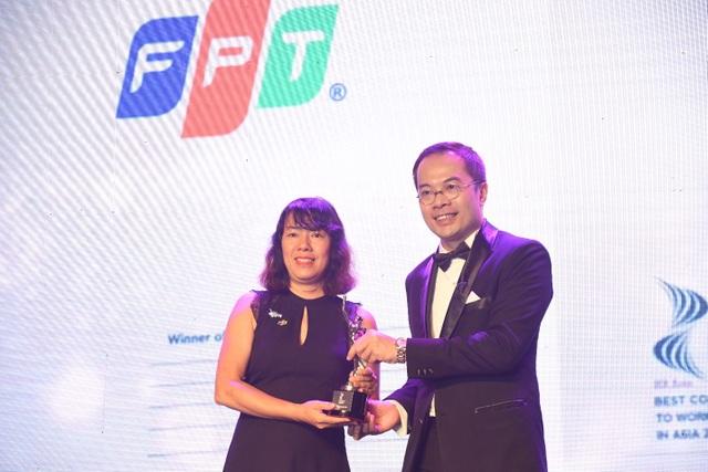 Bà Trịnh Thu Hồng, Giám đốc Nhân sự FPT nhận giải thưởng