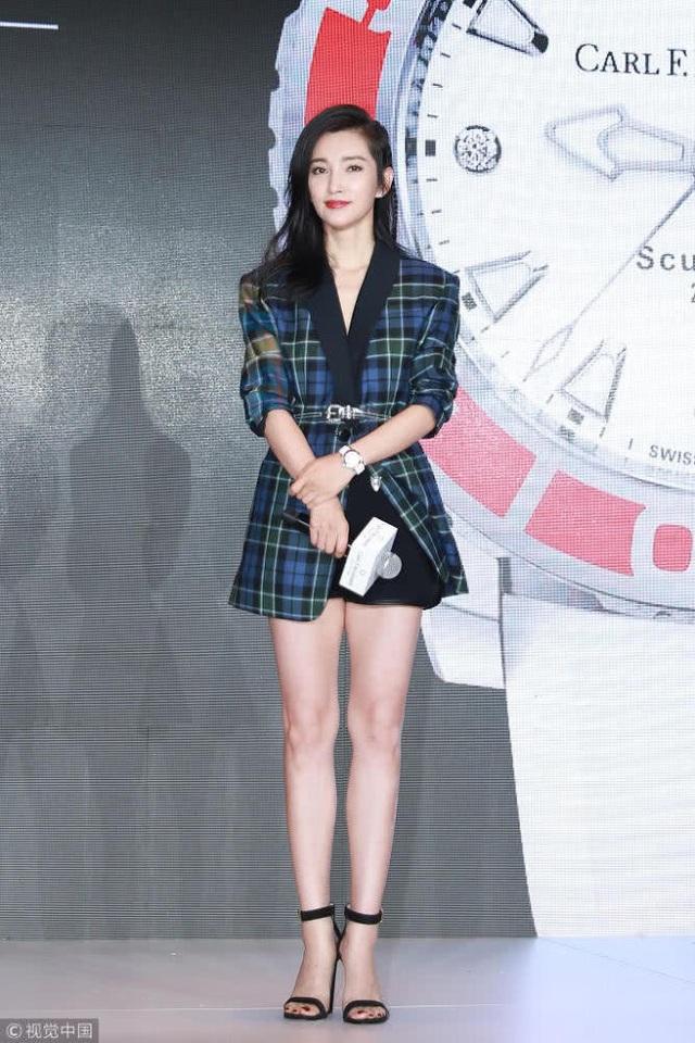 Ngày 14/9 mới đây, Lý Băng Băng xuất hiện tại một sự kiện ở Bắc Kinh, Trung Quốc. Cô diện trang phục trẻ trung và cá tính. Gương mặt không nếp nhăn và dáng vóc thanh thoát của người đẹp 45 tuổi khiến nhiều người trầm trồ, ngưỡng mộ.