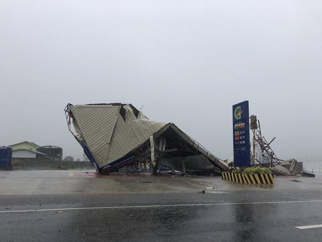 Nhiều trạm xăng tại Philippines đã không thể chống chịu được với sức gió mạnh đi kèm mưa lớn do bão Mangkhut gây ra. (Ảnh: Twitter)