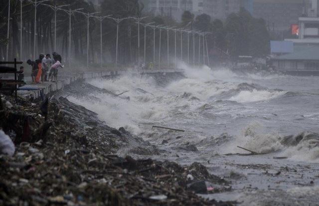 Sóng biển dâng cao tại Manila do siêu bão (Ảnh: AFP)