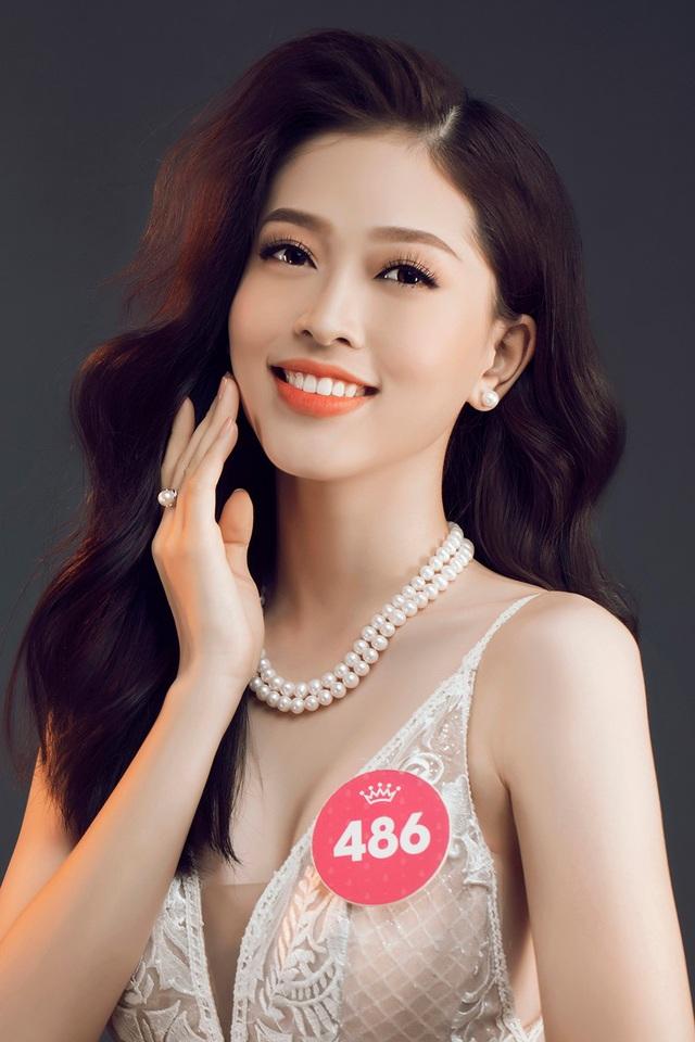 Khuôn mặt xinh đẹp của Phương Nga cũng được nhiều người nhận xét có nhiều điểm giống Hoa hậu kiêm MC Jenifer Phạm. Với thân hình khỏe khoắn, năng động Bùi Phương Nga lọt top 3 Người đẹp Thể thao Hoa hậu Việt Nam 2018.