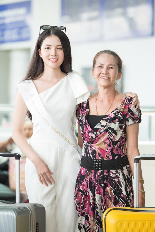 Mẹ Huỳnh Thúy Vi ra tận sân bay tiễn con gái lên đường. Trước khi tiễn con vào phòng chờ, hai mẹ con khá bịn rịn.