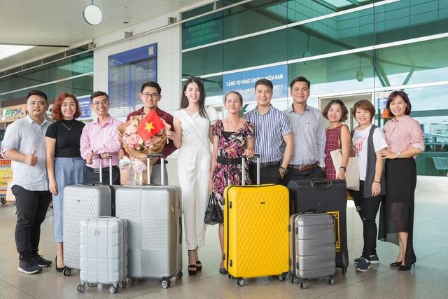 Nhiều bạn bè và người thân của Huỳnh Thúy Vi cũng ra tận sân bay tiễn cô lên đường và gửi lời chúc may mắn.