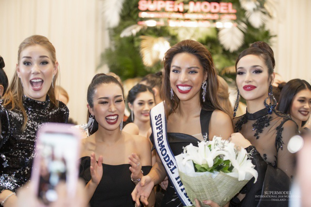 """Vượt qua 29 đối thủ đến từ các Quốc gia trên thế giới, Dương Nguyễn Khả Trang - người đẹp Việt được bình chọn là """"Mỹ nhân sexy nhất châu Á"""" đã đăng quang quán quân cuộc thi Siêu mẫu Quốc tế 2018"""