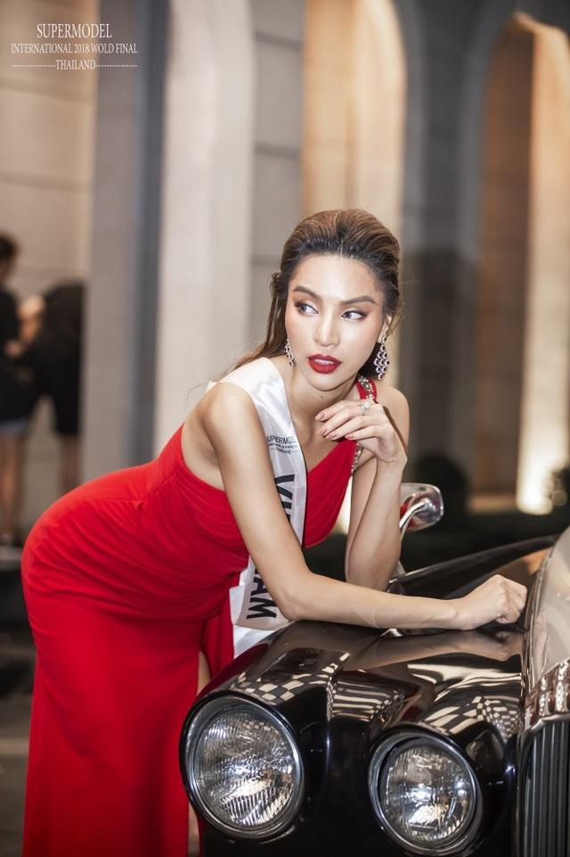 Vừa vào cuộc thi, cô lọt mắt xanh nhà tài trợ chính của cuộc thi, được quay video, chụp hình làm hình ảnh đại diện thương hiệu.
