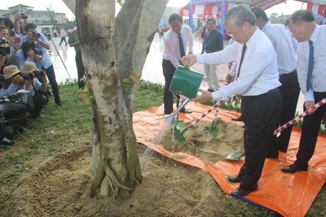 Thường trực Ban Bí thư Trần Quốc Vượng trồng cây lưu niệm trong công viên Fidel