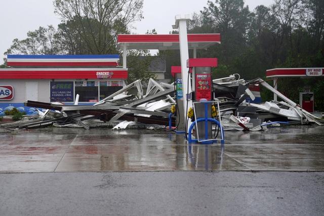 Một người mẹ và đứa con sơ sinh ở Wilmington đã thiệt mạng do cây đổ vào nhà. Một người đàn ông ở Lenoir thiệt mạng khi sử dụng máy phát điện và một trường hợp khác được cho là qua đời do ra ngoài trời khi gió lớn.