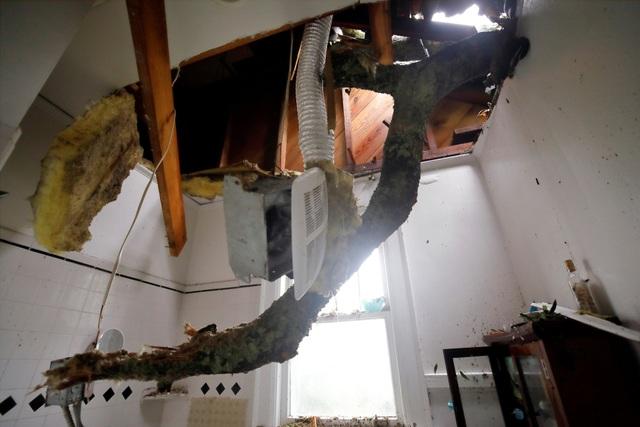 Vào lúc 17h chiều theo giờ Mỹ, bão Florence đã suy yếu thành cơn bão nhiệt đới, tuy nhiên các nhà chức trách vẫn cảnh báo người dân về mức độ nguy hiểm của cơn bão này.
