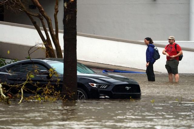 Tính đến chiều qua, sức gió mạnh nhất của bão Florence là 110km/giờ. Các nhà chức trách Carolina cảnh báo người dân về mực nước lũ dâng cao.
