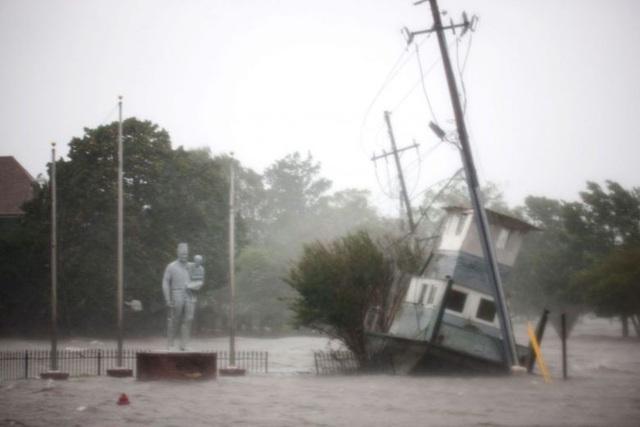 """""""Chúng tôi dự đoán sẽ là sẽ có thêm nhiều ngày mưa nữa. Vào tuần tới nước sông tiếp tục dâng lên và sẽ có thêm những trận lụt lớn"""", Thống đốc Bắc Carolina Roy Cooper cho biết, đồng thời mô tả lượng mưa do bão mang lại là """"sự kiện 1.000 năm"""" có một."""