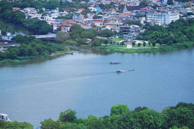 Những con đò xuôi dòng sông Hương về Vỹ Dạ