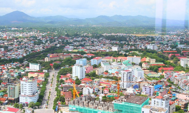 Nhìn lên dãy núi Kim Phụng