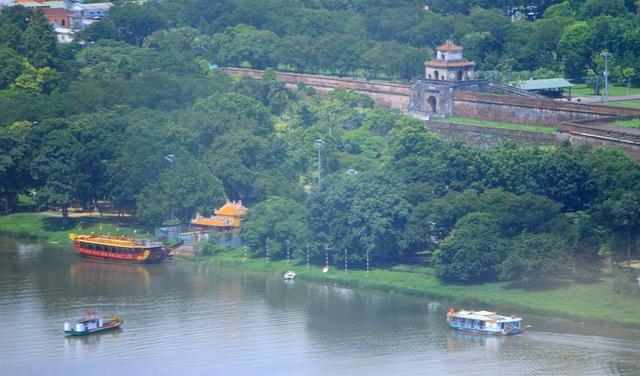 Kinh thành Huế cổ kính bên bờ bắc sông Hương