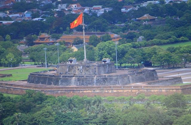 Kỳ Đài sừng sững với cờ tổ quốc tung bay