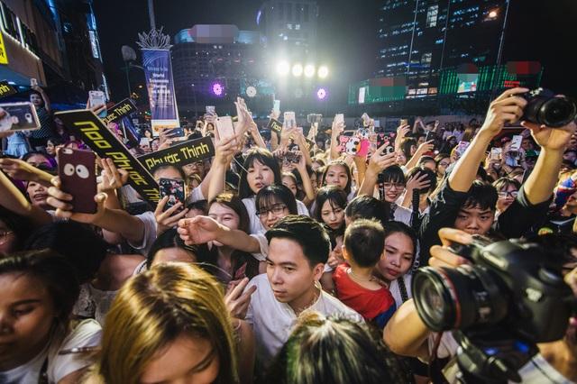 """Cùng với Thu Quỳnh, sự xuất hiện của nam ca sĩ Noo Phước Thịnh đã gây ra sự """"tắc đường"""" không nhỏ."""