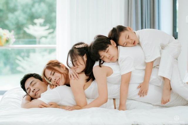 MC Phan Anh khoe ảnh chụp gia đình rất hạnh phúc và ấm áp. Nam MC dành nhiều thời gian hơn cho vợ và con sau thời gian dài cuốn theo các hoạt động showbiz