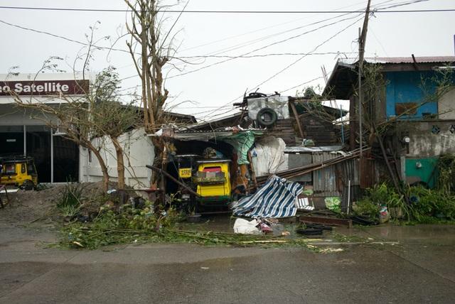 Những hình ảnh đầu tiên được truyền thông công bố đã cho thấy phần nào mức độ tàn phá của bão Mangkhut tại Philippines. Tâm bão đã di chuyển tới đảo Luzon, đảo lớn nhất của Philippines, vào lúc 10 giờ sáng nay. Trong ảnh: Những ngôi nhà bị phá hủy ở Tuguegarao, Philippines ngày 15/9. (Ảnh: Bloomberg)