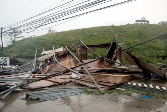 Mặc dù suy yếu dần khi đổ bộ vào Philippines, song bão Mangkhut vẫn duy trì sức gió khoảng 160km/giờ và gây mưa trên diện rộng. Trong ảnh: Bão Mangkhut quật ngã nhiều công trình ở Philippines. (Ảnh: Bloomberg)
