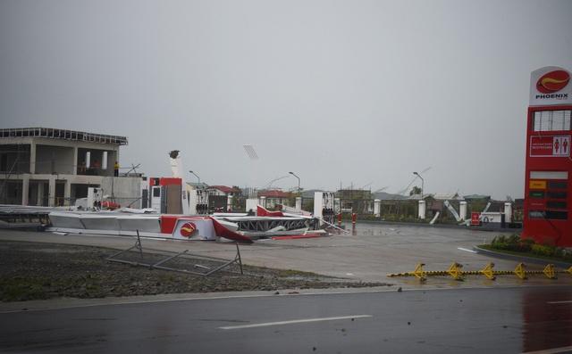 Ông Manuel Mamba, lãnh đạo tỉnh Cagayan - nơi bão Mangkhut trực tiếp đổ bộ, cho biết gần 10.000 người sống trong khu vực này đã được đưa tới các trung tâm sơ tán từ trước khi bão đổ bộ. Ông Mamba nói rằng hiện vẫn chưa có thống kê về số lượng thương vong. Trong ảnh: Gió lớn làm sập một trạm xăng tại Philippines. (Ảnh: AFP)