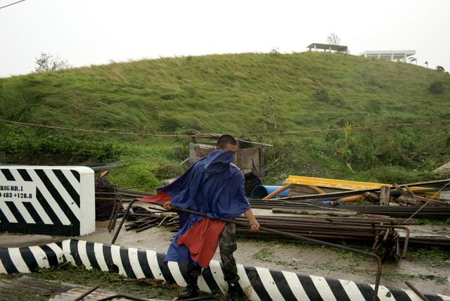 Bão Mangkhut được đánh giá là cơn bão mạnh nhất trong năm nay đổ bộ vào Philippines, ảnh hưởng tới khoảng 40 triệu người. Trong ảnh: Một sĩ quan cảnh sát dọn dẹp đống đổ nát do bão gây ra tại Philippines. (Ảnh: Bloomberg)