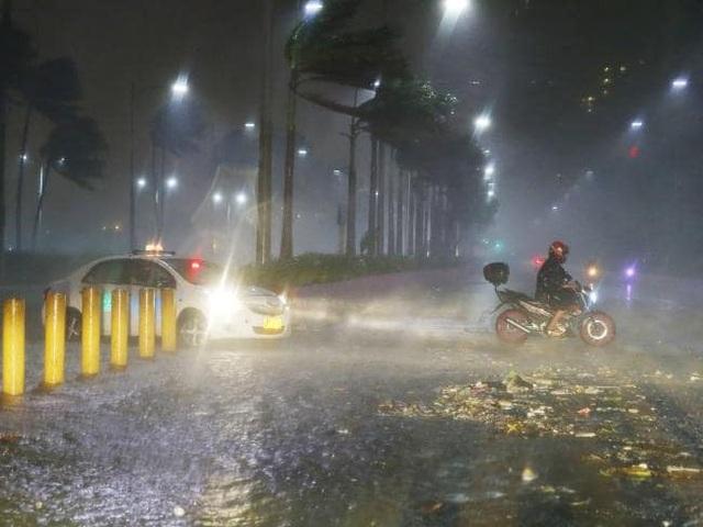 Mỗi năm Philippines hứng chịu khoảng 20 cơn bão. Cơn bão khủng khiếp nhất từng đổ bộ vào Philippines là siêu bão Haiyan hồi năm 2013 với số người thiệt mạng lên tới con số 7.000. Trong ảnh: Các phương tiện di chuyển khó khăn do gió mạnh khi bão Mangkhut ập tới. (Ảnh: AP)