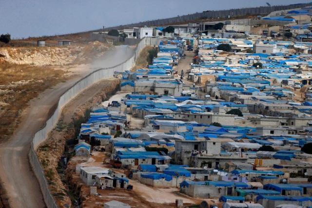 Bức tường dọc biên giới Thổ Nhĩ Kỳ - Syria được chụp tại tỉnh Idlib. (Ảnh: Reuters)