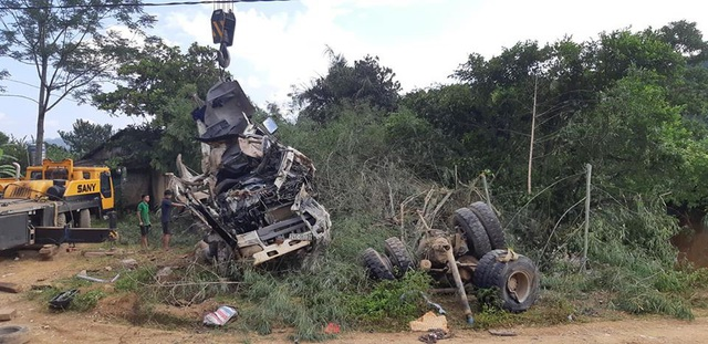 Xe bồn biến dạng hoàn toàn sau vụ tai nạn. (Ảnh: Thế Nam).