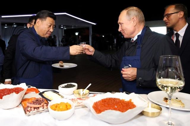 Ông Tập Cận Bình và Tổng thống Putin nâng ly trong cuộc gặp tại Vladivostok khi nhà lãnh đạo Trung Quốc tới Nga dự hội nghị hôm 11/9 (Ảnh: Reuters)