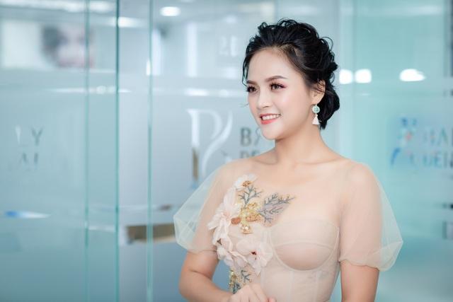 Trái ngược với hình ảnh cá tính, đanh đá trên sóng truyền hình, Thu Quỳnh lại thu hút rất đông sự chú ý của mọi người với hình ảnh dịu dàng, nhẹ nhàng. Khoác lên mình bộ váy ren màu nude thướt tha, nữ diễn viên trở nên vô cùng xinh đẹp như nàng công chúa.