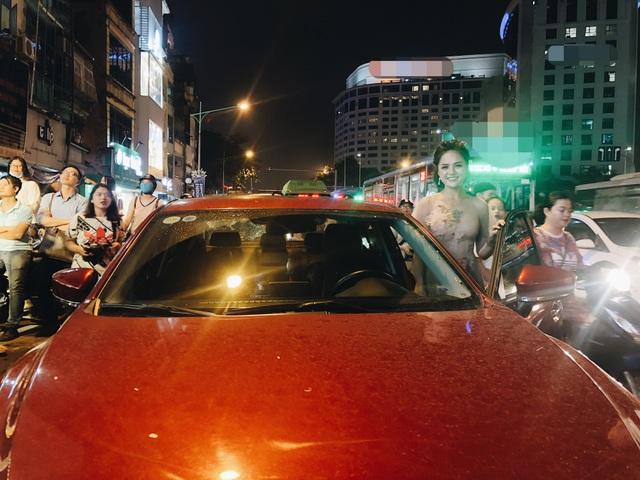 Tối 14/9, Thu Quỳnh gây bất ngờ khi tự lái xe đến dự sự kiện tại Hà Nội. Theo chia sẻ của người đẹp, cô vừa mua xe ô tô chỉ cách đây vài tháng. Dường như sau một thời gian vất vả đóng phim, cuối cùng Thu Quỳnh cũng có thể tự mua tặng bản thân một xế hộp mới để thuận tiện đi lại.