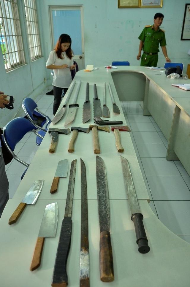 Hung khí của một nhóm giang hồ chuyên hoạt động bảo kê, đòi nợ thuê ở Sài Gòn bị công an phát hiện, thu giữ