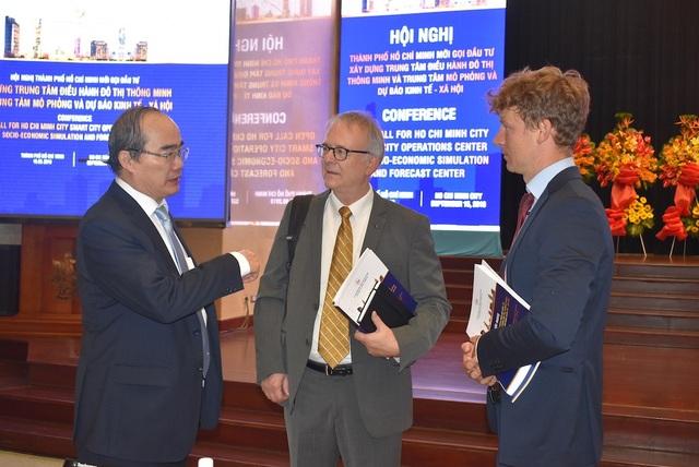 Bí thư Thành ủy TPHCM Nguyễn Thiện Nhân trao đổi với các đại biểu bên lề hội nghị