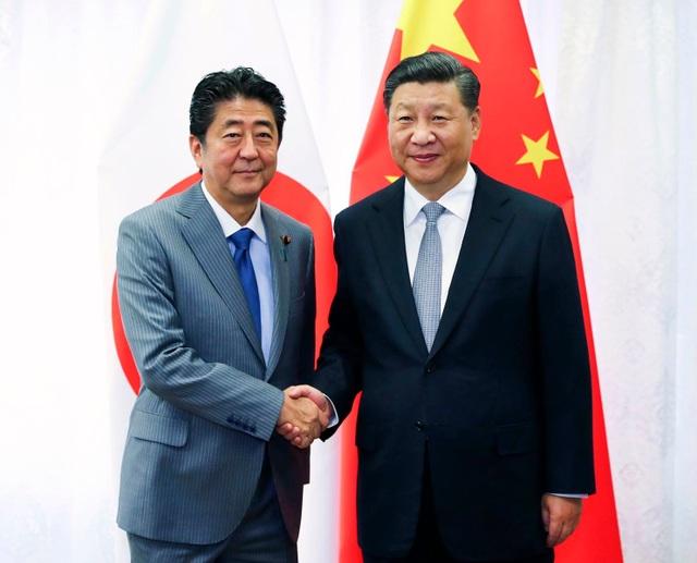 Chủ tịch Tập Cận Bình bắt tay Thủ tướng Shinzo Abe tại cuộc gặp bên lề Diễn đàn Kinh tế Viễn Đông ở Nga ngày 12/9 (Ảnh: Xinhua)