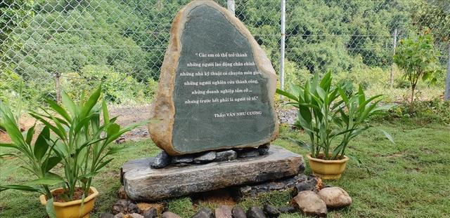 Triết lý giáo dục của nhà giáo Văn Như Cương được khắc vào viên đá, đặt tại điểm trường Nà Ngao (Hà Giang).