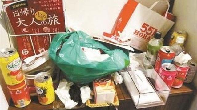 Một góc căn phòng còn nguyên rác thải đồ ăn không hề được dọn dẹp