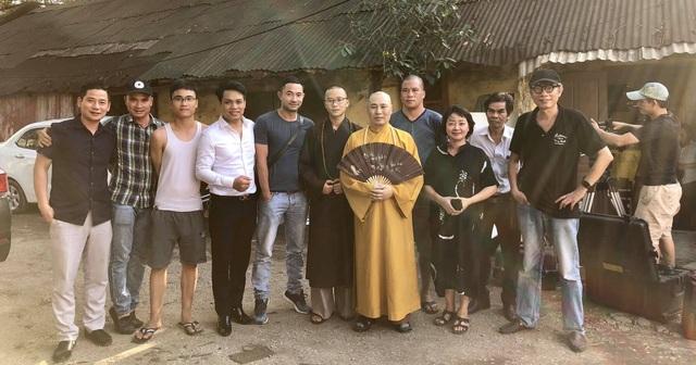 Đạo diễn Phạm Đông Hồng cùng nghệ sĩ Trà My và các diễn viên, thành viên trong ê-kíp quay Người mẹ một mặt.