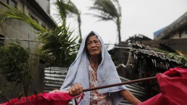 Trong số các nạn nhân thiệt mạng có một trẻ sơ sinh và một trẻ nhỏ 2 tuổi. Hai trẻ nhỏ thiệt mạng cùng cha mẹ sau khi cặp đôi này không chịu sơ tán khỏi một khu vực có nguy cơ bị ảnh hưởng do bão Mangkut tại tỉnh Nueva Vizcaya. Ngoài ra, hai nhân viên cứu hộ cũng tử vong trong các trận sạt lở đất. (Ảnh: EPA)
