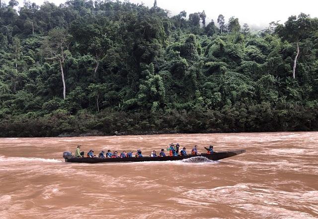 Vượt sông Đà hung dữ để đến đồn biên phòng Kẻng Mỏ, một cảm xúc không thể nào quên với bất cứ thành viên nào của hành trình khám phá này.