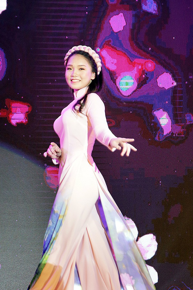 Vũ Nam Trang Linh khoe nét duyên dáng trong trang phục áo dài truyền thống